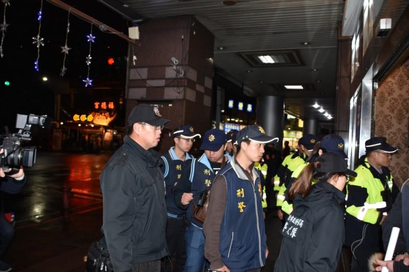新北市警局新莊分局派出優勢警力臨檢轄區治安熱點。(記者王宣晴翻攝)  (來源警方)