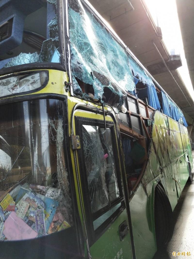 遊覽車車體嚴重毀損。(記者湯世名攝)