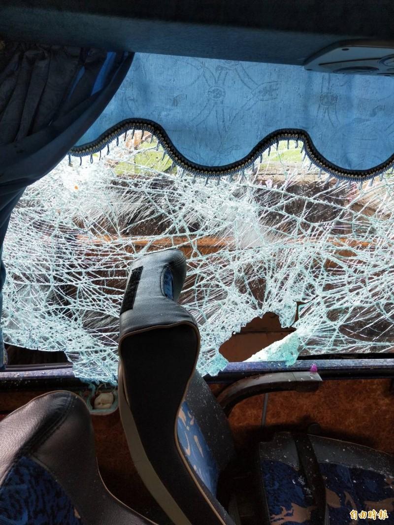遊覽車車體嚴重毀損,車窗玻璃碎裂,可見當時撞擊力道猛烈。(記者湯世名攝)