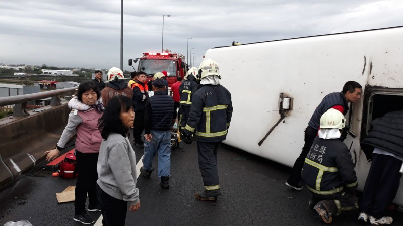 發生在昨天國道3號的轎車擦撞遊覽車翻覆33輕重傷重大事故。(記者湯世名翻攝)