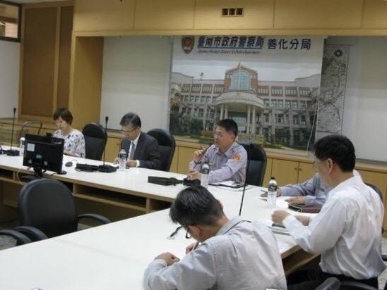 台南地檢署檢察長林錦村(左2)與檢察官到南市善化警分局瞭解立委補選查察情形。(圖:台南地檢署提供)