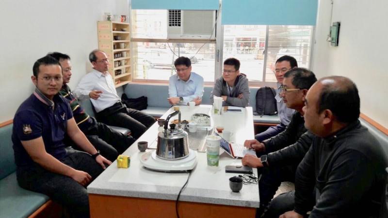 台南地檢署檢察官到警分局與警方交換立委補選查察情資意見。(圖:台南地檢署提供)