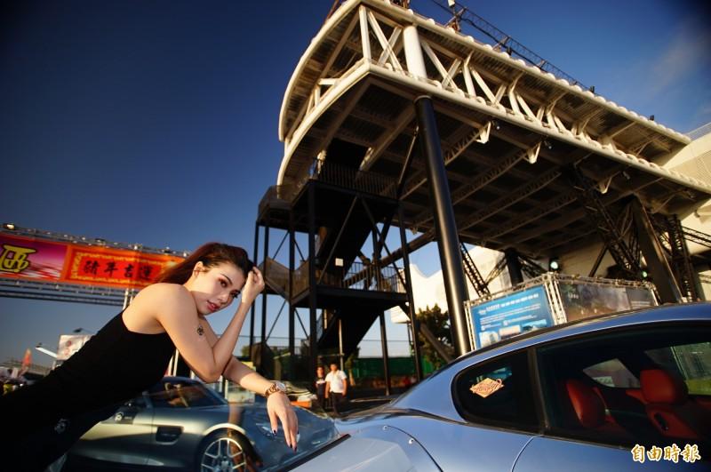 燈會期間不能賽車,有業者請來香車、美人炒熱氣氛。(記者陳彥廷攝)