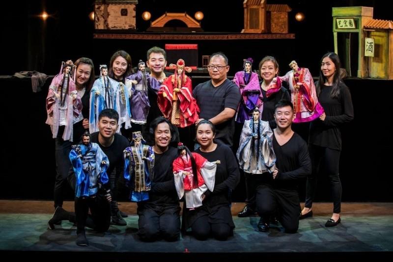 徐建彰(後排右三)把台灣戲偶帶到新加坡猴紙劇坊公演。(CHRISPPICS攝影提供)