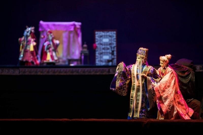 新加坡猴紙劇坊公演全用徐建彰雕刻完成的台灣偶華麗又精緻。(CHRISPPICS攝影提供)