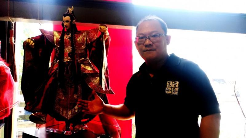 徐建彰雕工師承父親徐炎卿,更把台灣戲偶帶到新加坡公演。(記者廖淑玲攝)