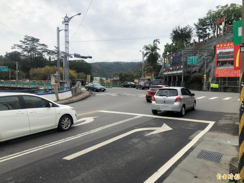 埔里鎮南環路與中山路愛蘭橋路口,常有車輛行駛外側右轉車道卻左轉,違規行為被專業檢舉人行車記錄器錄下而向警方檢舉開罰。(記者佟振國攝)