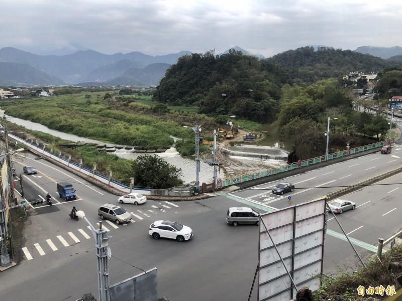 埔里鎮愛蘭橋(畫面右側)單向有3個車道,民眾建議南環路(畫面左側)左轉上橋車輛可提前分流。(記者佟振國攝)