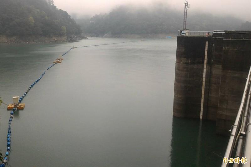 石門水庫集水區降雨明顯,大壩水位止跌回升、蓄水量持續入庫中。(記者李容萍攝)