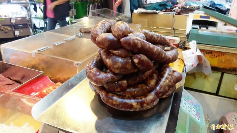 阿享高美肉鬆是知名肉鬆店,黑香腸是特色商品。(記者林宜樟攝)