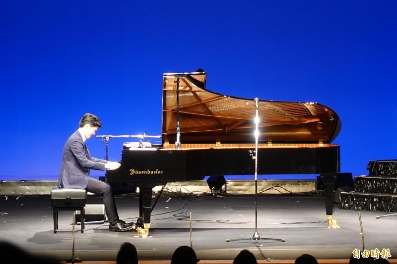 台灣「白袍鋼琴家」林品安參與演奏。(記者林翠儀攝)