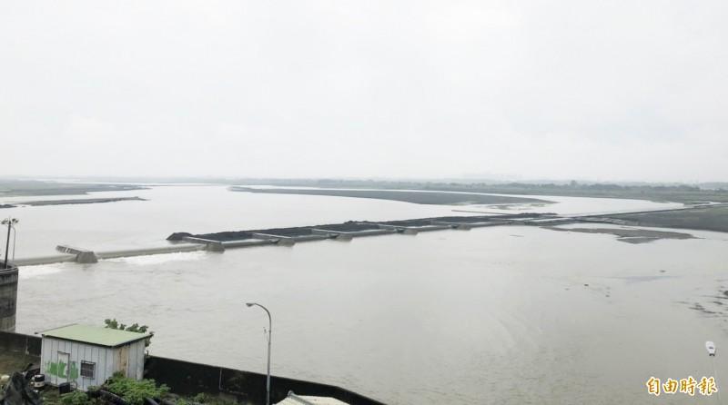 高市山區連日下雨,高屏溪流量破十九年紀錄。(記者陳文嬋攝)