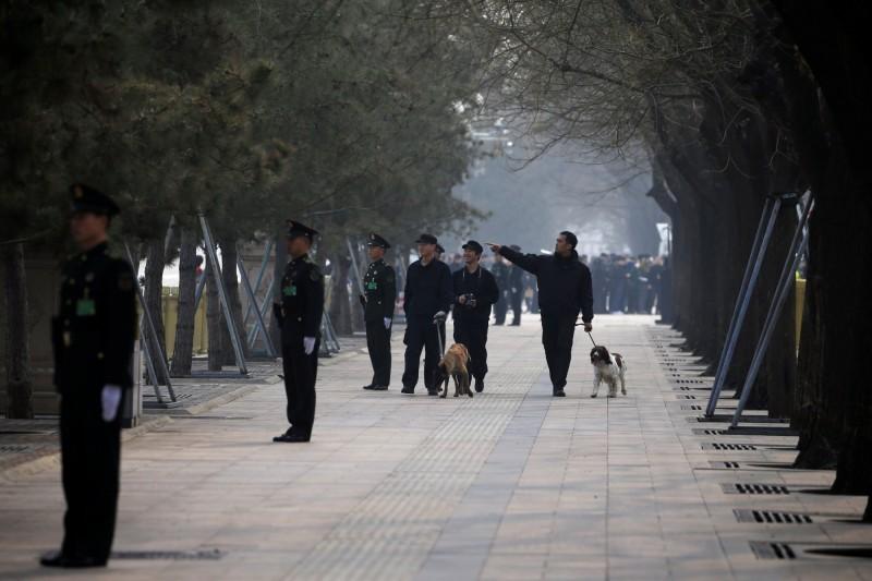 中國兩會召開前夕,安全人員在北京進行巡邏工作。(路透)