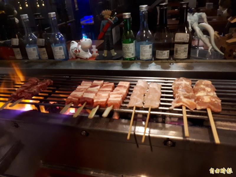 不用飛到日本,在新竹市護城河畔巷弄內的「大村武」日式串燒居酒屋,就能吃到像在日本的串燒美食和烤物。(記者洪美秀攝)
