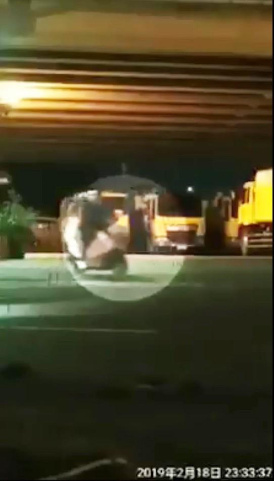 高市清潔隊員被踢爆侵占回收公物。 (擷取自爆料公社)(記者陳文嬋攝)