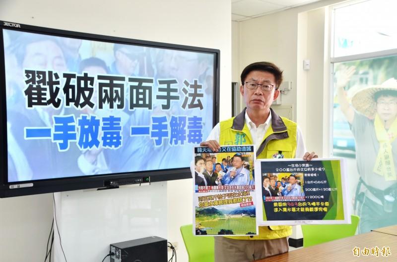 民進黨候選人郭國文質疑藍營謝龍介玩兩面手法,刻意選舉操作,傷害農民。(記者吳俊鋒攝)
