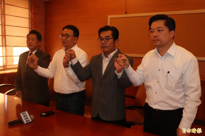宜蘭縣議員張秋明(左)、簡松樹(右2)與陳俊宇(右),與立委陳歐珀(左2)今攜手召開記者會,高喊「捍衛農民權益,反對臨側臨路」的口號,並要求撤換陳吉仲。(記者林敬倫攝)