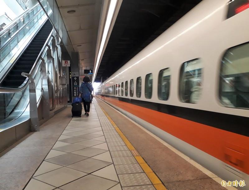立委鍾佳濱爭取第二條高鐵進入屏東和台灣。(記者侯承旭攝)