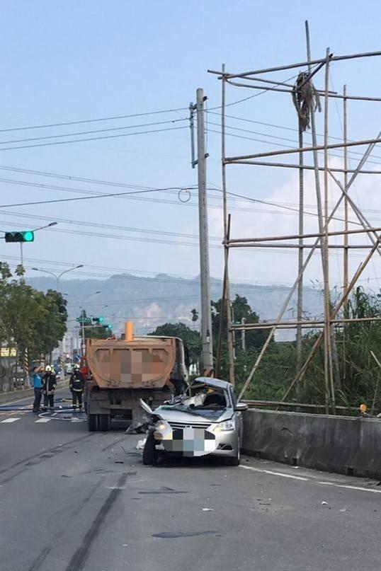 竹山南雲交流道發生砂石車與轎車相撞事故,被撞的轎車幾乎成了廢鐵。(記者劉濱銓翻攝)