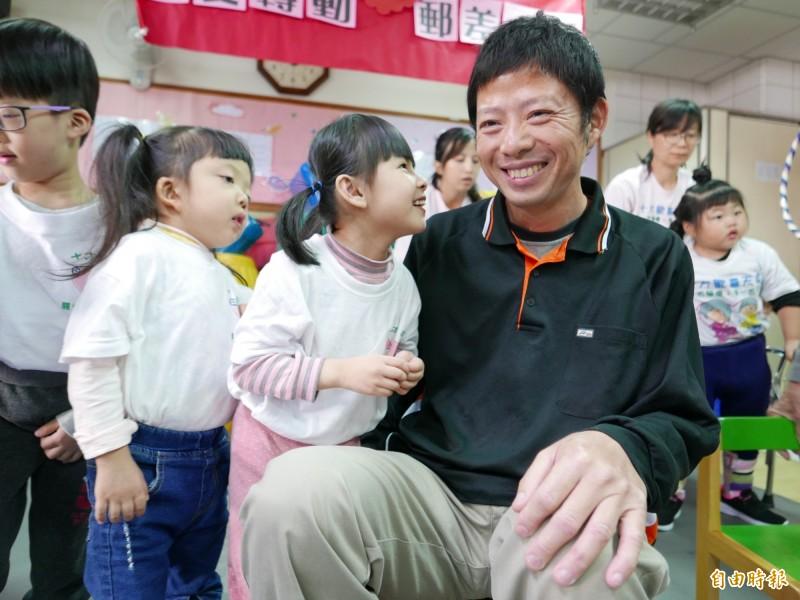 戴啟源將募款的醫療節餘款,轉捐給十方啟能中心,與早療的孩子相見歡,也為他們加油打氣。(記者蔡淑媛攝)