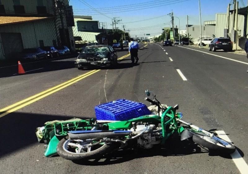 戴啟源2年前送信途中,遭高速行駛的車輛撞擊重傷命危。(記者蔡淑媛翻攝)
