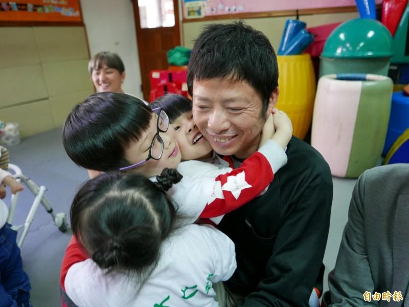 戴啟源與十方啟能中心早療的孩子相見歡,小朋友熱情擁抱,讓他感動不已。(記者蔡淑媛攝)
