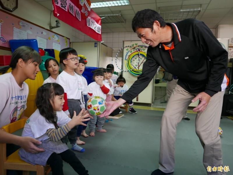 戴啟源與十方啟能中心的小朋友一起開心玩球。(記者蔡淑媛攝)