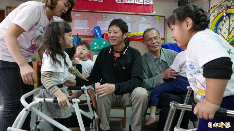 戴啟源與十方啟能中心早療的孩子相見歡,小朋友熱情,讓他開心感動。(記者蔡淑媛攝)