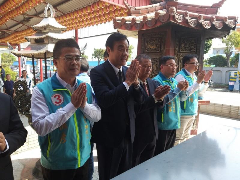 立法院長蘇嘉全今天陪同立委候選人黃振彥在和美福安廟參拜。(記者劉曉欣翻攝)
