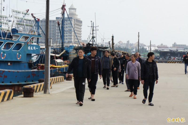 帶案扣回15名中國漁船船員,將一一偵訊筆錄。(記者劉禹慶攝)