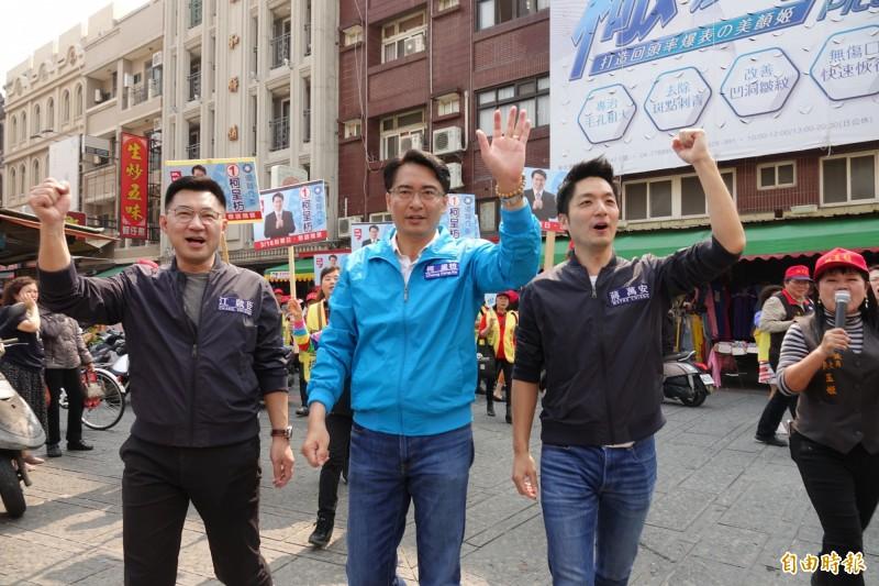 江啟臣、柯呈枋、蔣萬安(圖由左至右)「三帥合體」,進入鹿港第一市場拜票。(記者劉曉欣攝)