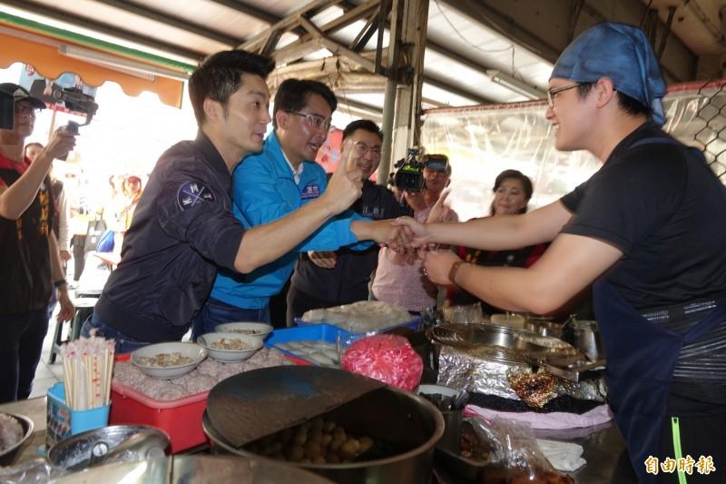 蔣萬安、柯呈枋、江啟臣(圖由左至右)「三帥合體」,進入鹿港第一市場拜票。(記者劉曉欣攝)