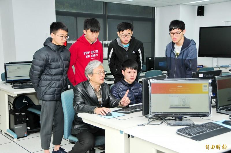 靜宜大學資訊傳播工程學系副教授吳賦哲研發「Violet繪圖系統」 。 (記者張軒哲攝)