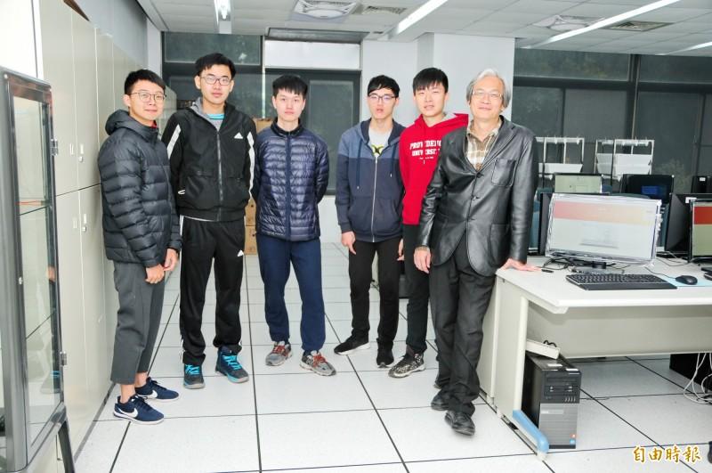 靜宜大學資訊傳播工程學系副教授吳賦哲(右一)研發「Violet繪圖系統」 。 (記者張軒哲攝)