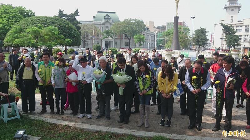 台南市文化資產保護協會在湯德章紀念公園追思湯德章。(記者劉婉君攝)