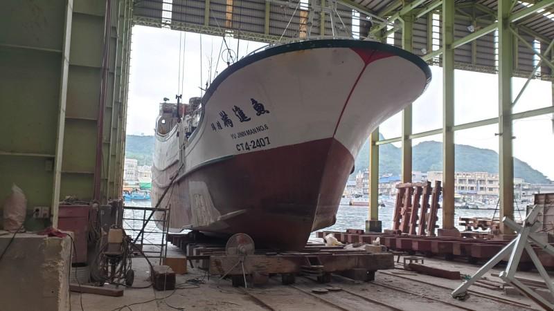遭中國漁船衝撞,造成船身受損的魚進滿6號漁船,已在南方澳上架維修,修理費要100多萬元。(記者江志雄翻攝)