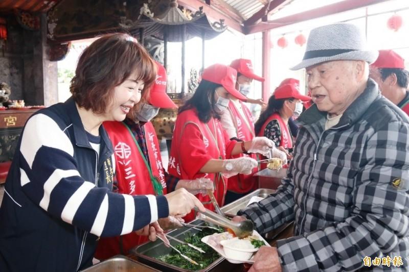 三多里辦公處舉辦老人共餐,新的據點成為長輩們出門散步的好去處。(記者邱書昱攝)