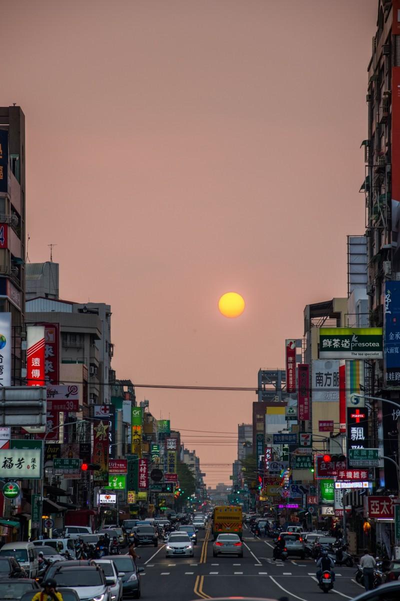 嘉義市民族路今起到17日可觀測到街道懸日美景,吸引攝影及天文愛好者觀測賞景。(洪年宏提供)