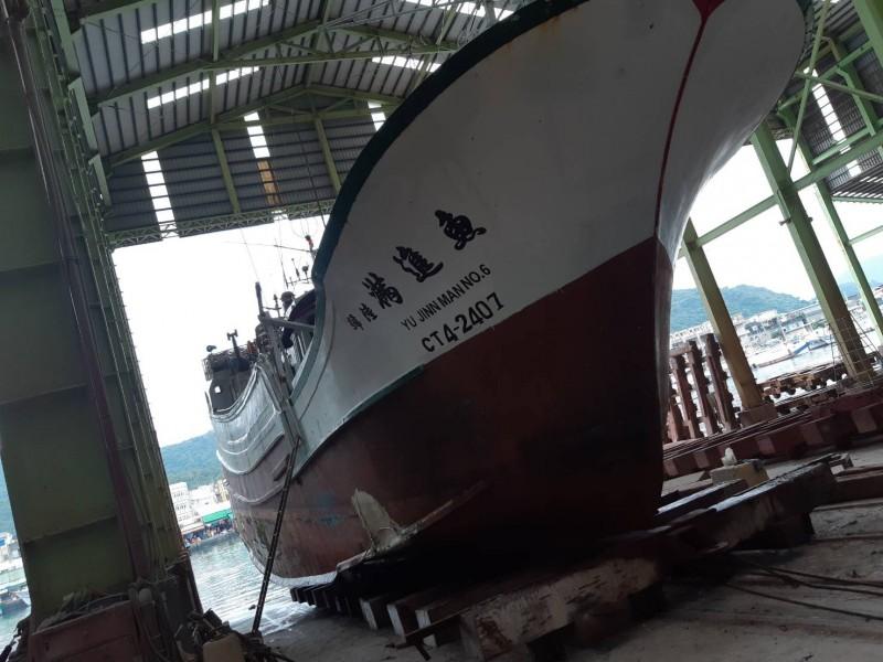「魚」號受損嚴重,連駕駛艙都受損,現已上架準備維修。(記者陳彥廷翻攝)(記者陳彥廷攝)