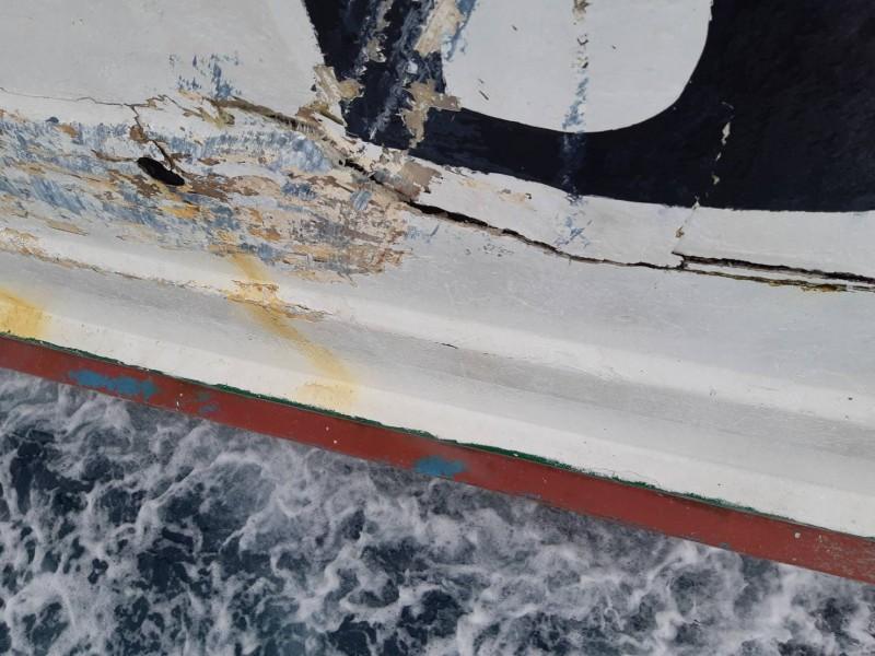 「魚」號受損嚴重,連駕駛艙都受損。(記者陳彥廷翻攝)(記者陳彥廷攝)