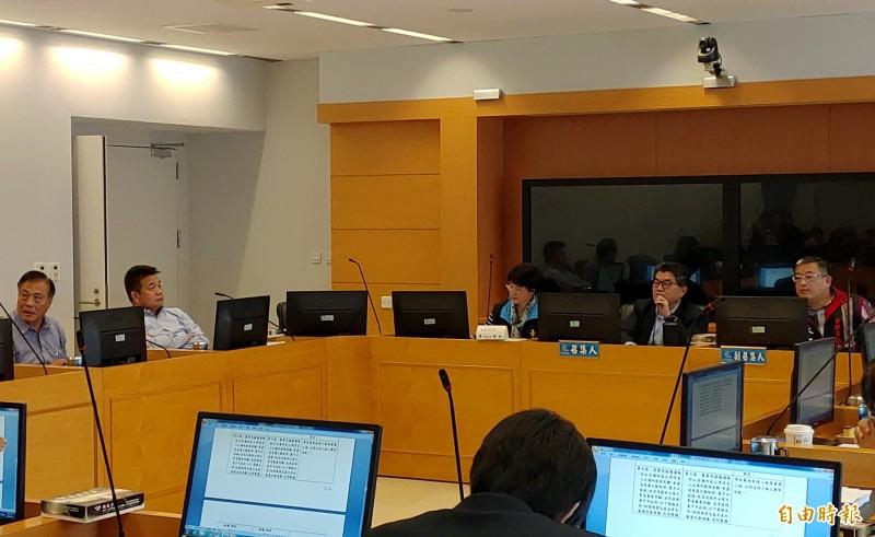 台中市議會法規委員會通過動保自治條例修正草案,要求雇主宣導勞工不可食用犬貓屠體,違者將開罰。(記者張菁雅攝)