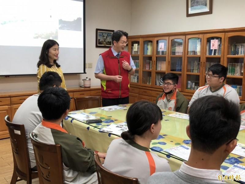 暨大附中這兩天忙著輔導學生準備個人申請選填志願。(記者陳鳳麗攝)