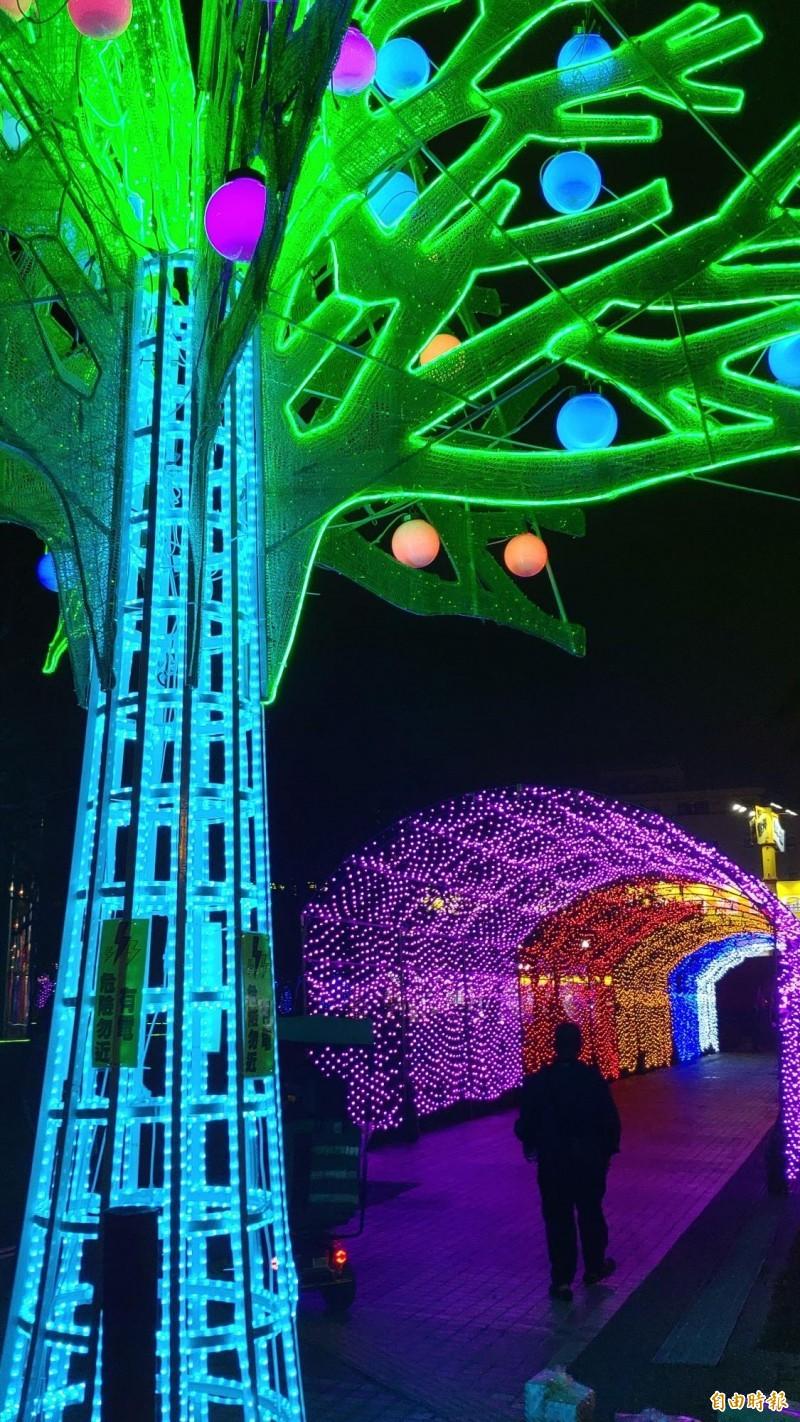 市議會於入中華西路和永華路口設置長達70米的時光隧道燈廊。(記者蔡文居攝)