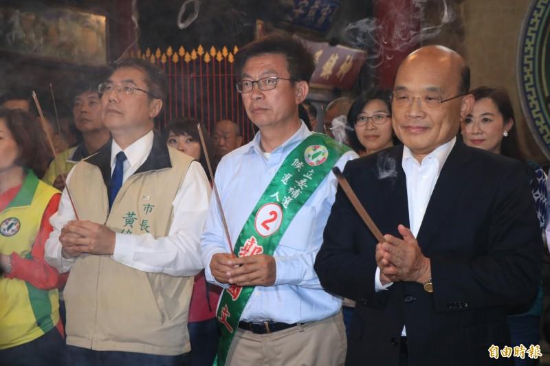 行政院長蘇貞昌(右)、台南市長黃偉哲(左)與民進黨立委補選候選人郭國文到安定慈安宮參拜。(記者萬于甄攝)