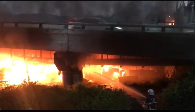 頭份東興橋下今晚傳出大火。(記者鄭名翔翻攝)