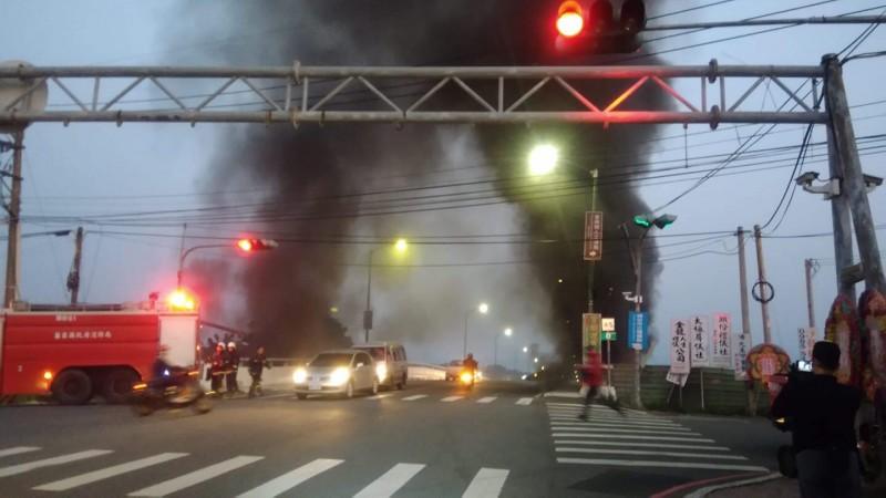 濃煙竄天,警方立即協助交管。(記者鄭名翔翻攝)