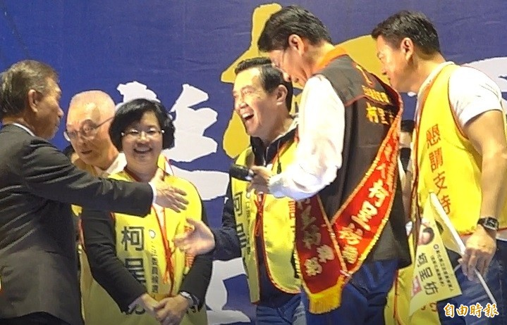 馬英九最後上台,吳敦義和馬只在台上簡單致意,隨即離開。(記者劉曉欣攝)
