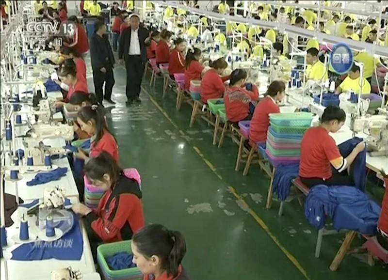 美聯社今年1月初發布的一張拍攝日期不詳的中國監視畫面顯示,有大批穆斯林受訓者在新疆的職業教育與訓練中心的成衣工廠內工作。(美聯社)