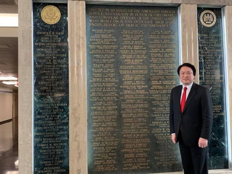林右昌在殉職外交官的紀念牆前拍照。(翻攝林右昌臉書)