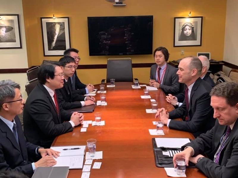 林右昌(左2)在國務院會議室與亞太事務代理副助卿史墨客(Hanscom Smith)一行人會面。(翻攝林右昌臉書)